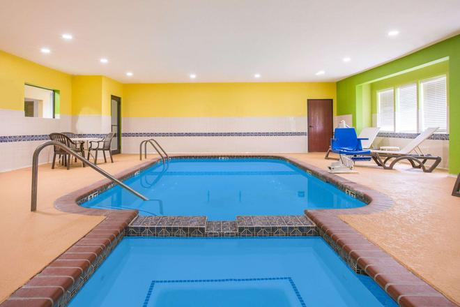 Super 8 by Wyndham Port Arthur/Nederland Area - Port Arthur - Pool