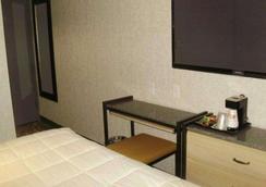 Rodeway Inn Near JFK Airport - Queens - Phòng ngủ