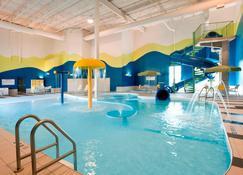 Fairfield Inn and Suites by Marriott Winnipeg - Виннипег - Бассейн