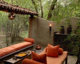 Mahua Kothi Bandhavgarh - Taj Safari Lodge - Tala - Patio