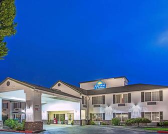 Days Inn & Suites by Wyndham Gresham - Gresham - Building
