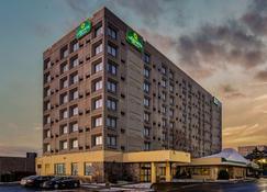 La Quinta Inn & Suites by Wyndham New Haven - ניו הייבן - בניין