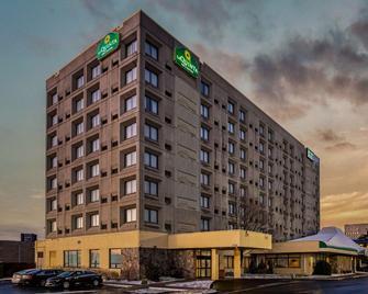 La Quinta Inn & Suites by Wyndham New Haven - New Haven - Gebouw