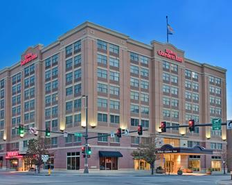 Hilton Garden Inn Omaha Downtown/Old Market Area - Omaha - Building