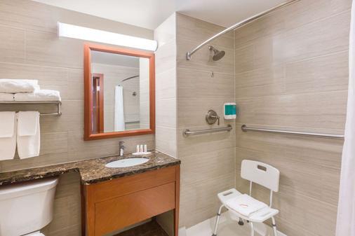 Ramada by Wyndham Flushing Queens - Queens - Bathroom