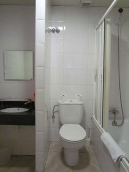 Barcelona City Centre Hostal - Barcelona - Bathroom