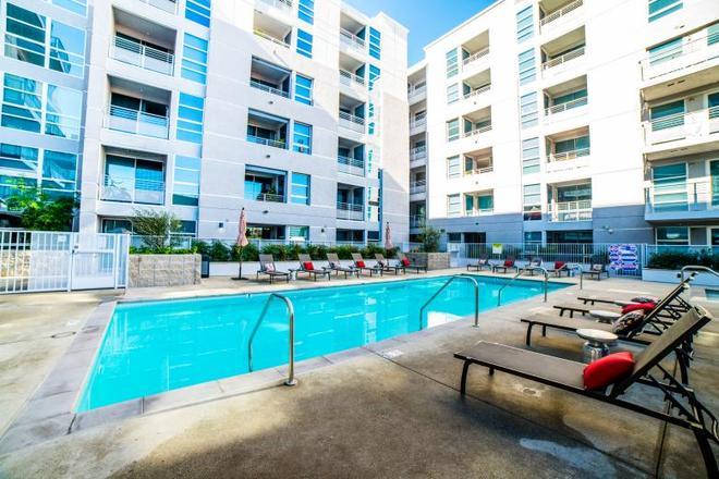 Ginosi Figaro Apartel - Los Angeles - Bể bơi