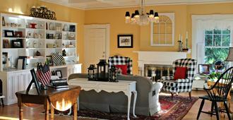 1837 Cobblestone Cottage - Canandaigua - Living room