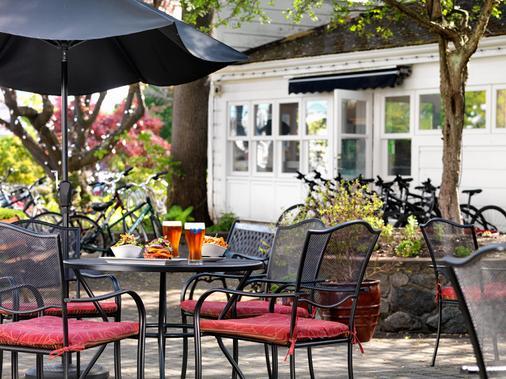 Huntingdon Manor Hotel - Victoria - Food