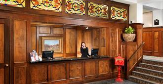 Huntingdon Manor Hotel - Victoria - Front desk