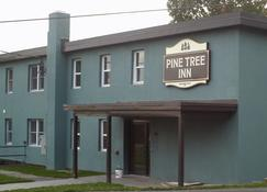 Pine Tree Inn - Bangor - Building