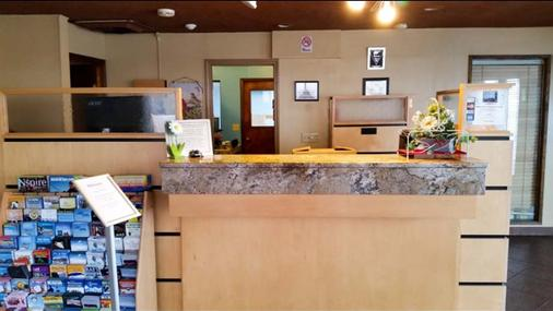 Greentree Inn & Suites Spokane - Spokane - Front desk