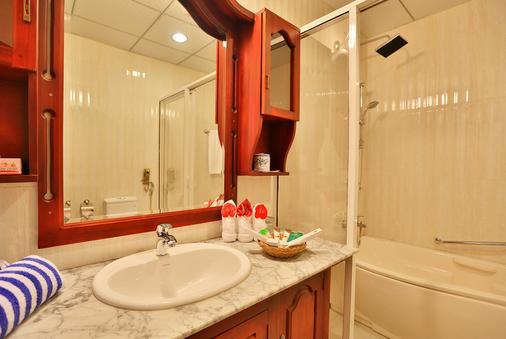Centauria Lake Resort $95 ($̶1̶2̶2̶)  Embilipitiya Hotel