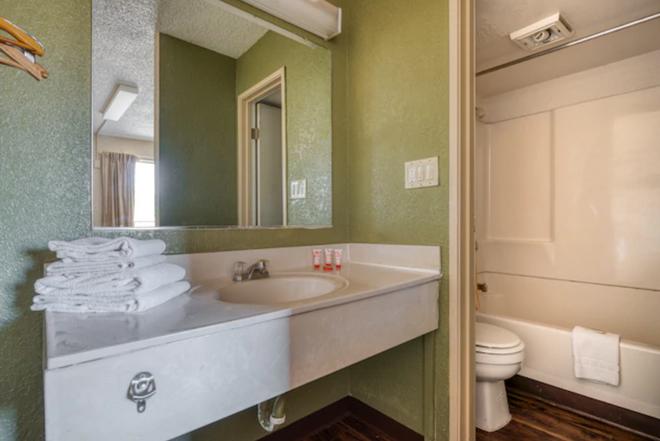 OYO Hotel Tucson Downtown - Tucson - Bathroom