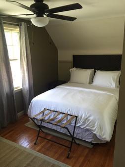 The Little Italy of Niagara Falls Bed & Breakfast - Niagara Falls - Bedroom