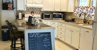 The Little Italy of Niagara Falls Bed & Breakfast - Niagara Falls - Kitchen