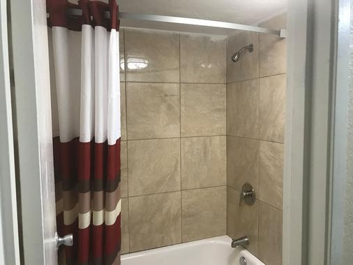 Red Roof Inn Plano - Plano - Bathroom