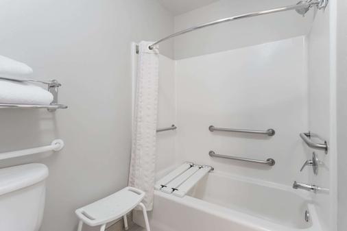 Hawthorn Suites by Wyndham Naples - Naples - Bathroom
