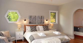 Sunshine Villa B&B - Madeira Park - Bedroom