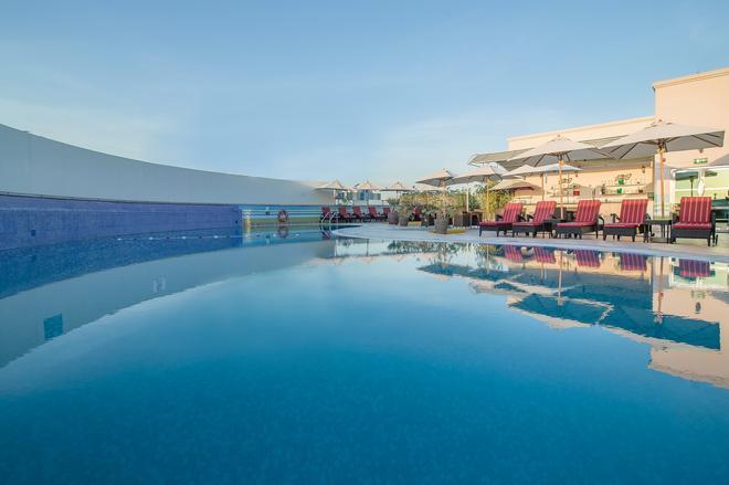 布林杜拜使館區假日酒店 - 杜拜 - 杜拜 - 游泳池