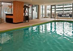 阿靈頓首府美景 Residence Inn 酒店 - 阿靈頓 - 阿林頓 - 游泳池