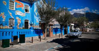 Blue House Youth Hostel - Quito - Exterior