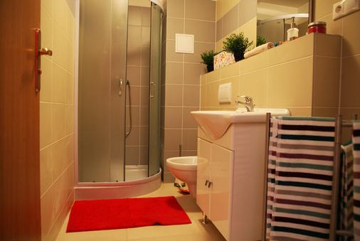 Freddie Next to Mercury - Bratislava - Bathroom