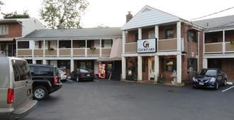 Central Motel Courtyard - White Plains