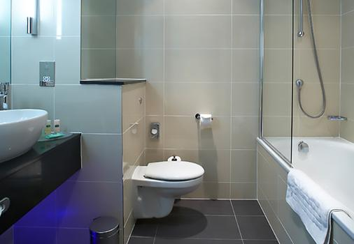 Courtyard by Marriott London Gatwick Airport - Gatwick - Bathroom