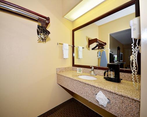 Quality Inn - White House - Bathroom
