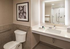 Super 8 by Wyndham Toronto North - Toronto - Bathroom