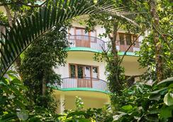 Chrissie's Hotel - Thekkady - Outdoor view