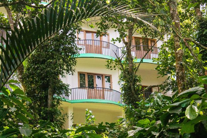 Chrissie's Hotel - Thekkady - Outdoors view