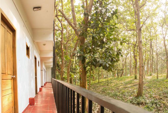 Chrissie's Hotel - Thekkady - Balcony