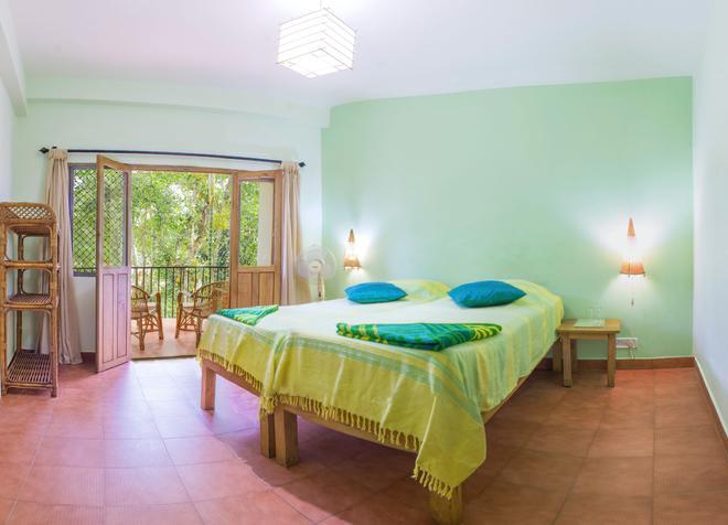 Chrissie's Hotel - Thekkady - Bedroom