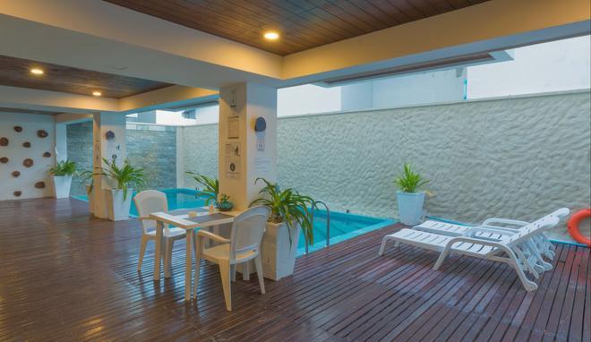 Beachwood Hotel - Maafushi - Piscina