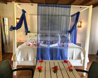 Henry Morgan Hotel & Beach Resort - Coxen Hole - Bedroom