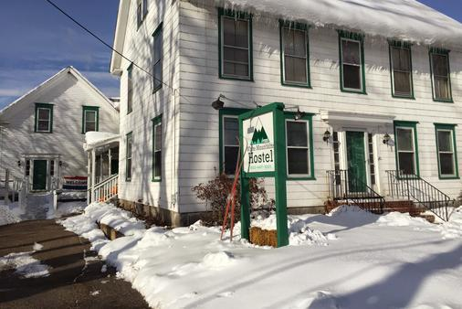 White Mountains Hostel - Conway - Building