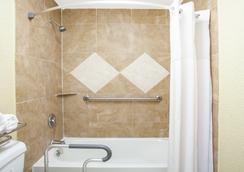 Days Inn by Wyndham Orlando Downtown - Orlando - Bathroom