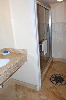Western Inn - Houston - Bathroom