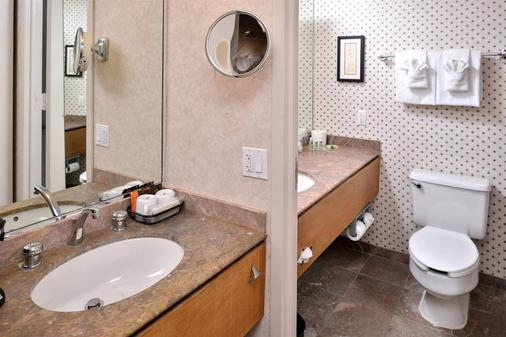 Edward Hotel and Convention Center - Dearborn - Bathroom