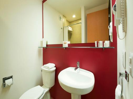 Mision Express Queretaro - Santiago de Querétaro - Bathroom