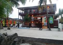 Ocean Tide Beach Resort - San Pedro Town - Rakennus