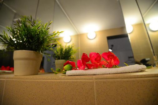 Hotel Biscuit - Cluj Napoca - Bathroom