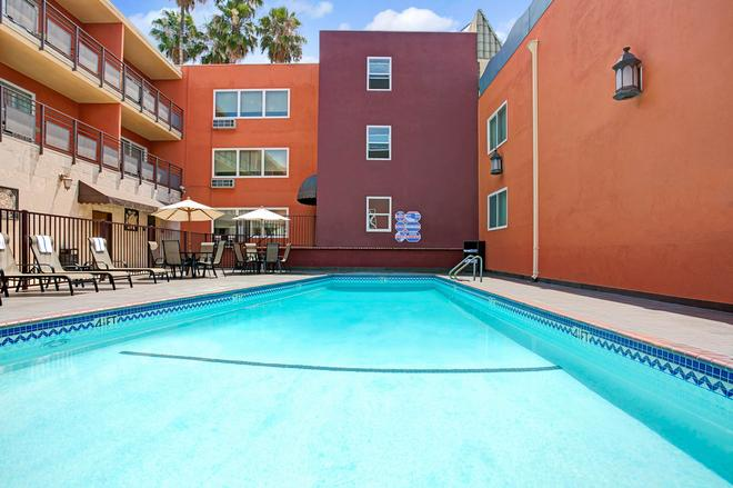 Ramada by Wyndham Los Angeles/Downtown West - Los Ángeles - Piscina
