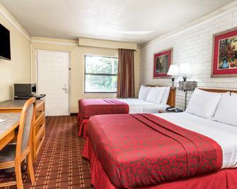 Days Inn & Suites by Wyndham Altamonte Springs - Алтамонте-Спрінгс - Bedroom