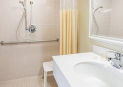 Days Inn & Suites by Wyndham Altamonte Springs - Altamonte Springs - Bathroom