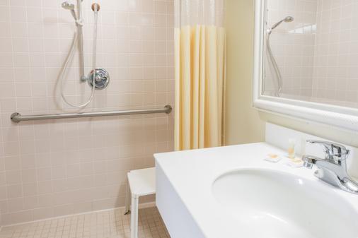 Days Inn & Suites by Wyndham Altamonte Springs - Altamonte Springs - Baño