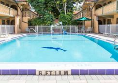 Days Inn & Suites by Wyndham Altamonte Springs - Altamonte Springs - Pool