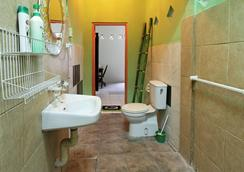 C & N Guesthouse - Kuta - Bathroom